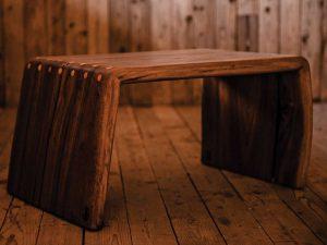 Klubska miza iz enega ploha - oreh