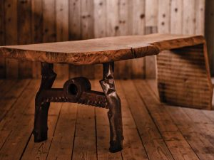 Klubska miza iz enega ploha s kovinsko nogo - hrast
