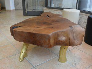Klubska miza organske oblike - oreh