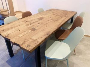 Rustikalna miza s kovinskim podnožjem - hrast
